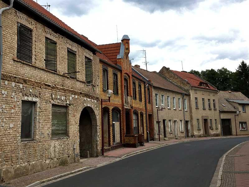 Leerstehende Häuserzeile in Teupitz, Brandenburg, südlich von Berlin