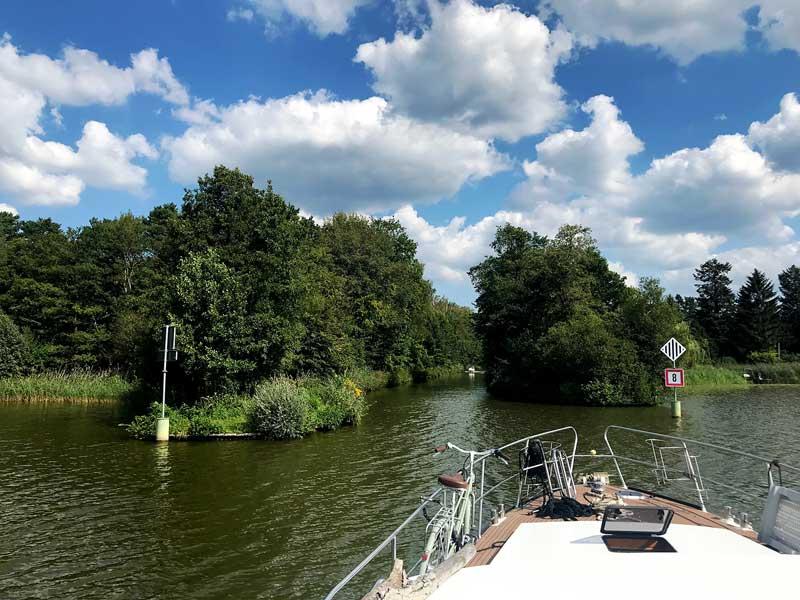 Das Schiff fährt aus dem Schweriner See in Brandenburg, südlich von Berlin, in einen schmalen Kanal ein