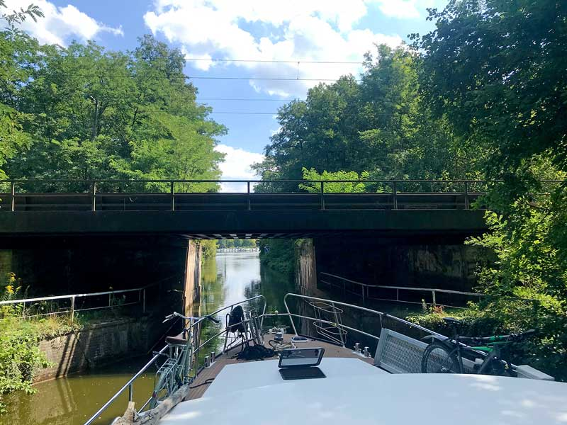 Eine niedrige Brücke überspannt den Kanal vor dem Boot auf der Dahme-wasserstraße in Brandenburg, südlich von Berlin