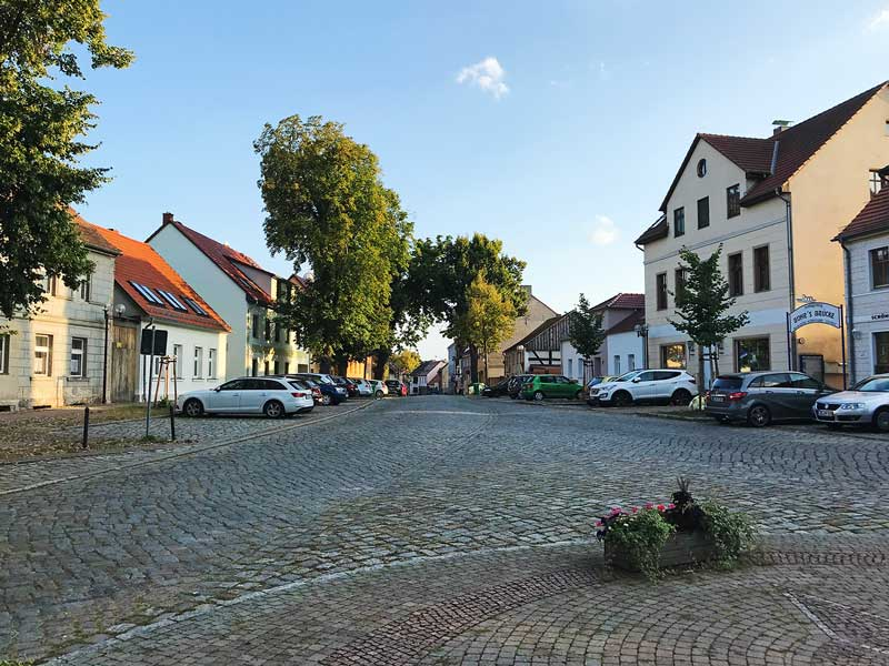 Blick über den kopfsteingepflasterten Marktplatz von Teupitz, Brandenburg, südlich von Berlin