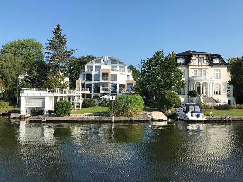 Zwei Villen mit eigenen Bootsliegeplätzen und Bootshaus am Ufer der Dahme, Brandenburg, bei Berlin