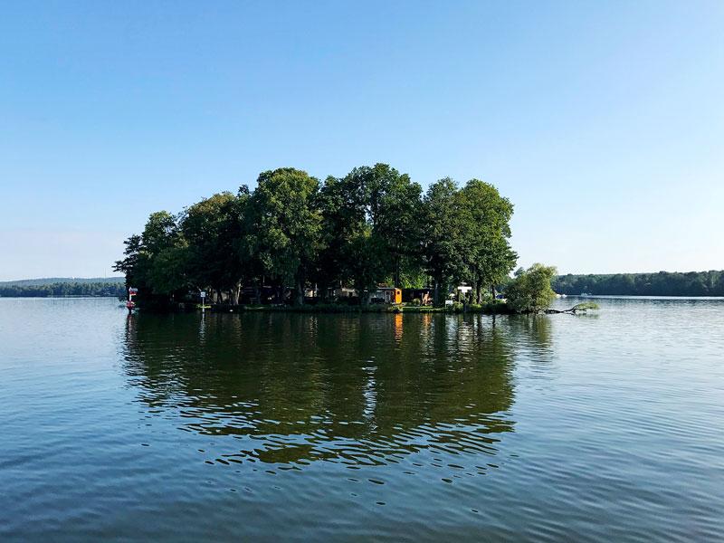 Eine kleine Insel mit einigen Hütten auf der Dahme, Brandenburg, südlich von Berlin