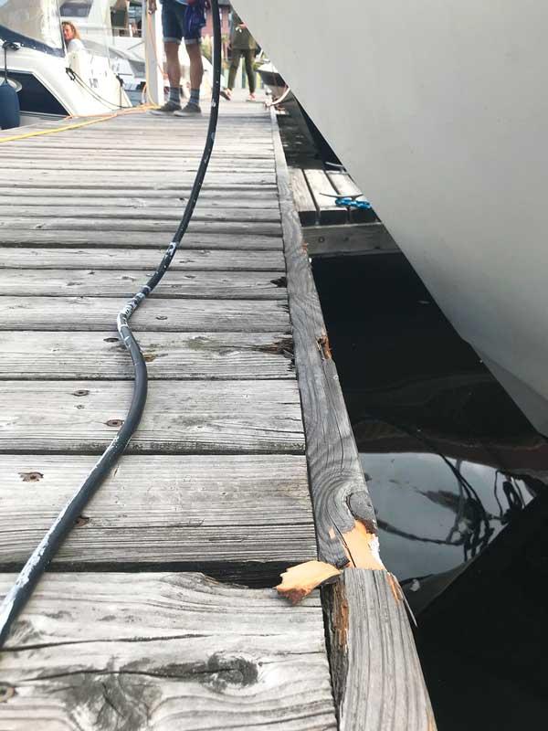 Der Bug eines Charterboots rammt den Steg im Tempelhofer Hafen in Berlin so, dass Stücke aus dem Holz splittern
