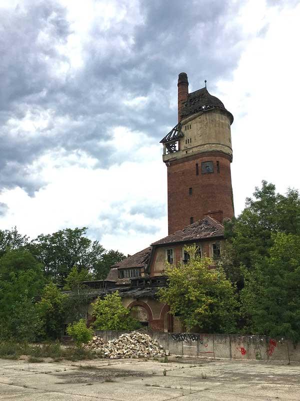 Der ehemalige Wasserturm der Landesirrenanstalt Teupitz, Brandenburg, südlich von berlin, der gleichzeitig auch Uhrenturm war, ist von Brandspuren gezeichnet - Lost Places