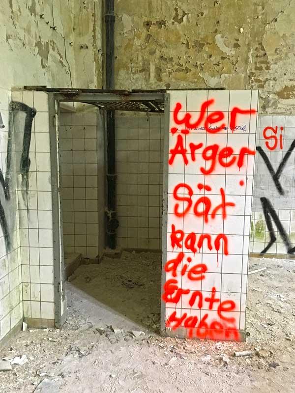 Wer Ärger sät kann die Ernte haben - Grafitto auf den weißen Fliesen der ehemaligen Wäscherei der Landesirrenanstalt Teupitz, Brandenburg, südlich von Berlin - Lost Places