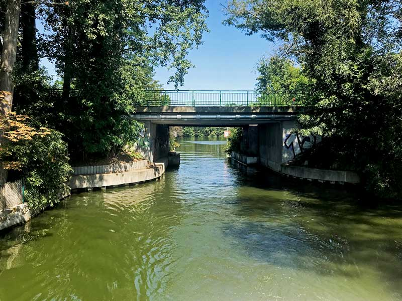 Eine niedrige Brücke und schmale Fahrrinne erschweren die Zufahrt vom Zernsdorfer See in die Zernsdorfer Lake, Brandenburg, südlich von Berlin