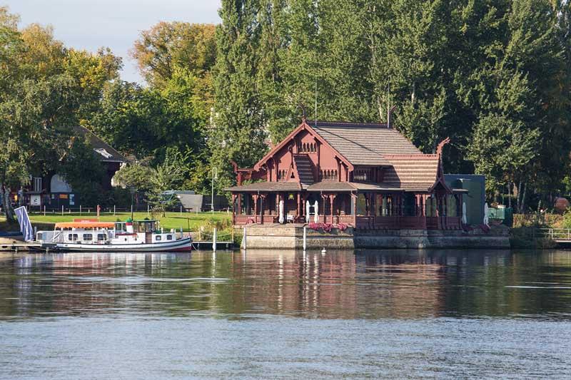 Altes, reich verziertes Holzhaus am Ufer des Jungsfernsees in Potsdam, Brandenburg: die kaiserliche Matrosenstation
