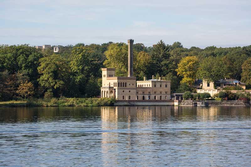 Industriell wirkendes Gebäude, die alte Meierei am Ufer des Jungfernsees im Neuen Garten Potsdam, Brandenburg