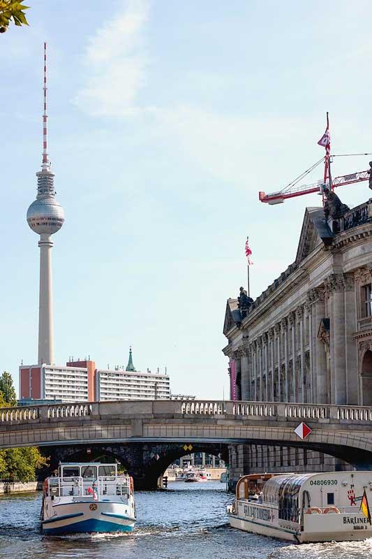 Blick zurück auf der Spree in Berlin: wir haben das Bodemuseum passiert, und im Hintergrund ragt der Fernsehturm auf, der Alex