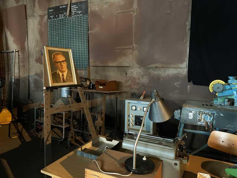Ein nachgebautes Büro aus DDR-Zeiten mit Hocker-Portrait im Indsutriemuseum Brandenburg an der Havel