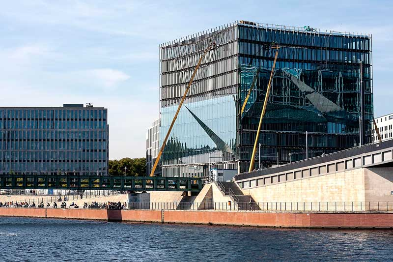 Am Spreebogen erhebt sich am Ufer der Spree in Berlin ein neues Glasgebäude, das durch seine unterschiedliche Lichtbrechung wie in Facetten geschliffen wirkt, der Cube am Washington Platz