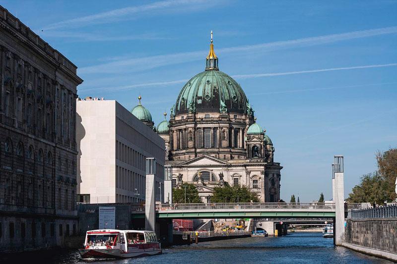 Die Spree führt in Berlin an der Fischerinsel und der Museumsinsel vorbei. Imposant ragt der Dom auf.