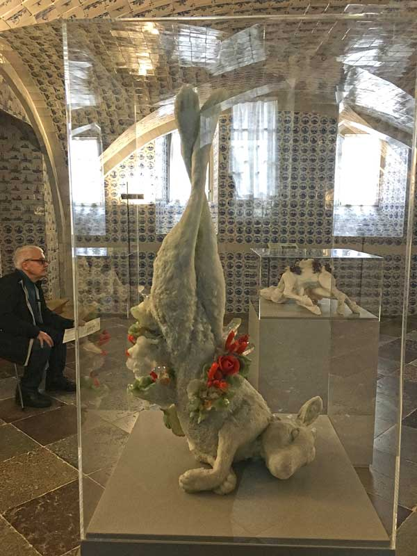 Skulptur eines mit Blumen geschmückten Hasen im Fliesensaal des Schloss Caputh, Brandenburg, Teil der Ausstellung B.A.R.O.C.K.