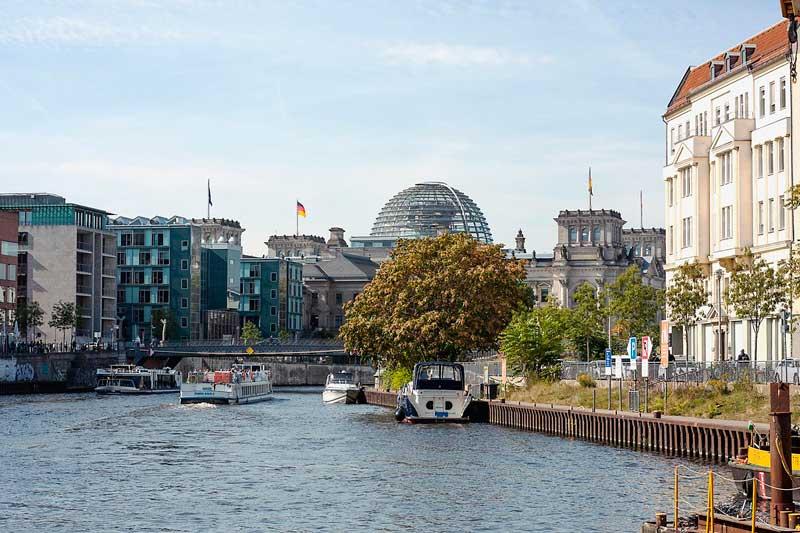 Rechts an der Spundwand liegt an der Spree in Berlin ein 24 Stunden Anleger für Sportboote mit Blick auf die Reichstagskuppel