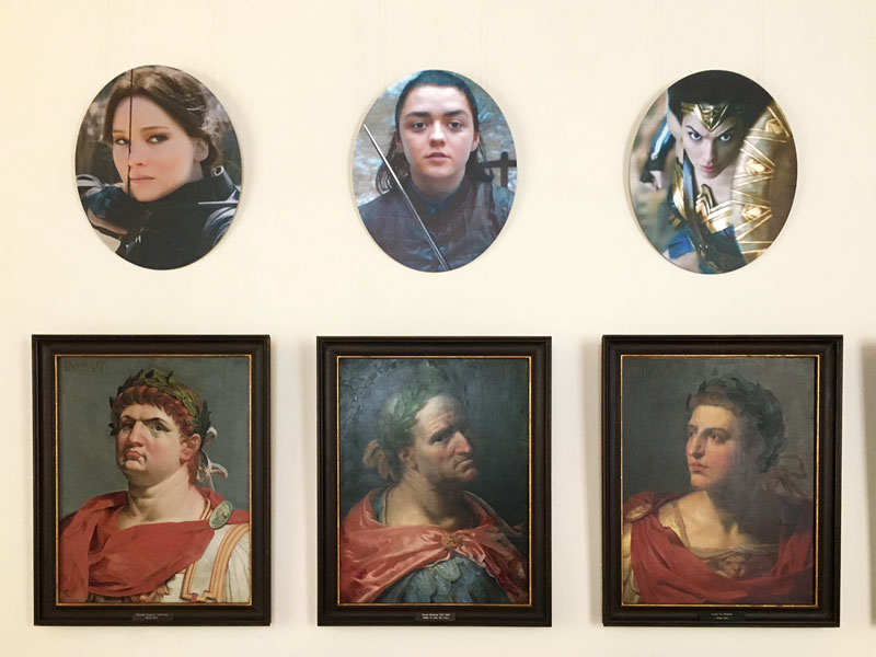 Im Imperatorensaal im Schloss Caputh hängen für die Ausstellung B.A.R.O.C.K. Bilder von Heldinnen aus aktuellen Filmen und Serien jeweils über den Bildern römischer Imperatoren