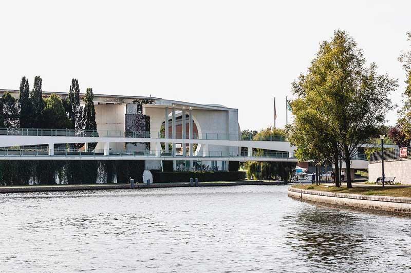 Kanzleramt und der Kanzlersteg über die Spree in Berlin