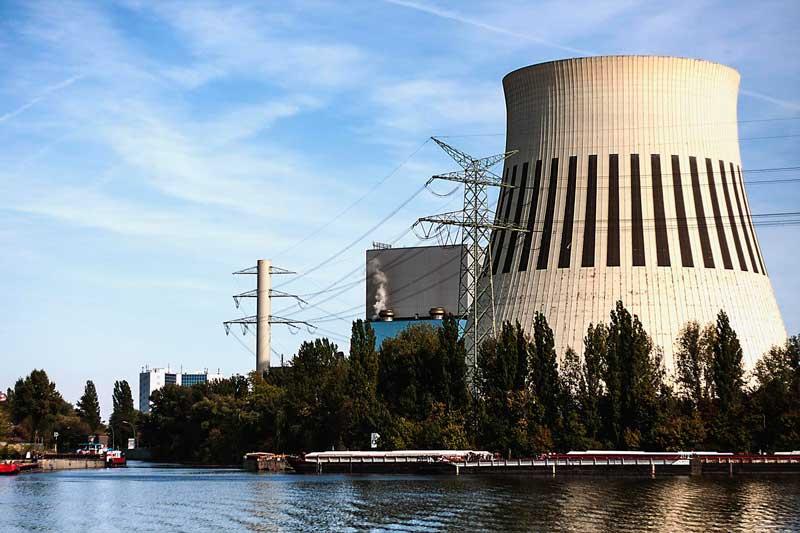 Das von Vattenfall betriebene Kohlekraftwerk Reuter West am Ufer der Spree in Berlin mit einem großen Kühlturm