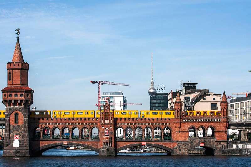 Die Oberbraumbrücke über die Spree in Berlin ist aus rotem Ziegel gebaut und hat gotisch wirkende Türmchen. Sie hat zwei Etagen, auf der oberen fährt die U-Bahn