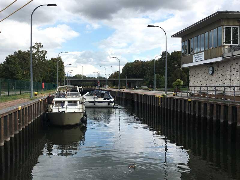 Zwei kleine Motorboote in der Vorstadtschleuse Brandenburg an der Havel, das hintere steht quer zur Fahrtrichtung
