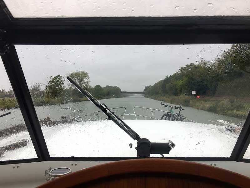 Blick vom Steuerstand der Motoryacht durch die verregnete Scheibe auf den Mittellandkanal in der Nähe von Peine, Niedersachsen