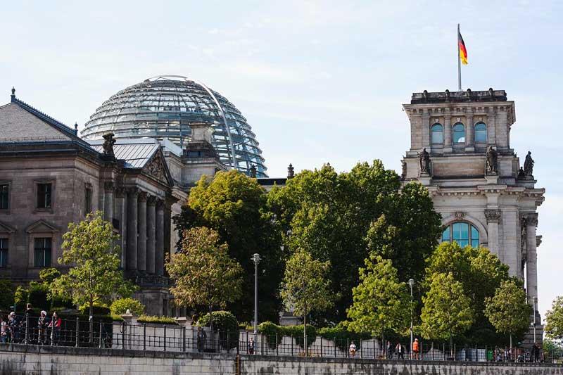 Das Reichstagsgebäude in Berlin, von der Spree aus gesehen, mit der imposanten modernen Glaskuppel über dem Bundestag
