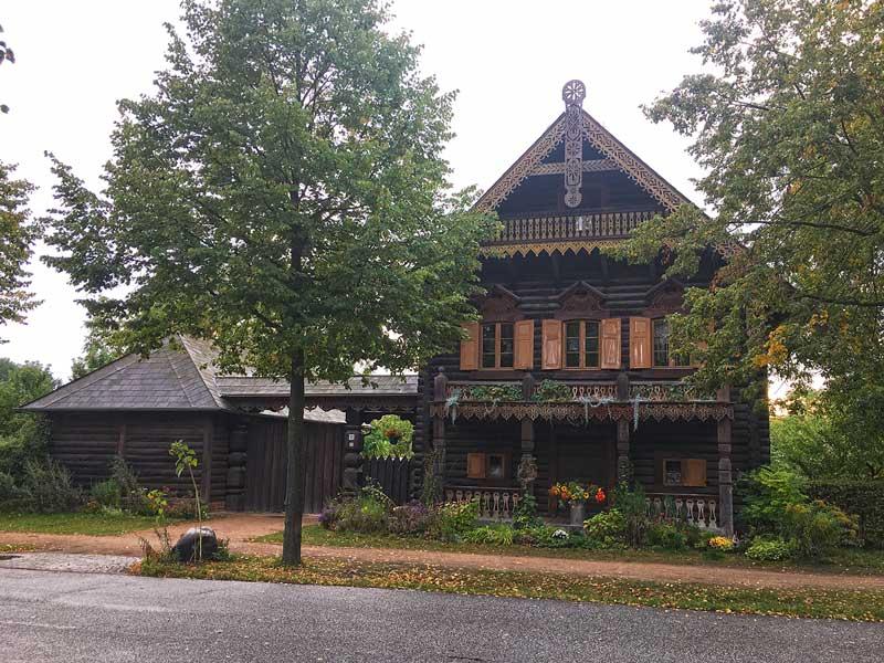 Altes russisches Holzhaus in der Russischen Kolonie in Potsdam, Brandenburg, mit vielen Schnitzereien am First und den Balkonen