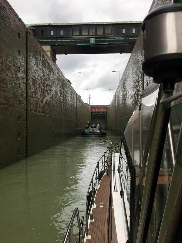 Blick von der Motoryacht auf die Schleusenkammer der Hindenburg Schleuse Anderten, Hannover, auf dem Mittellandkanal, vor uns ein Frachtschiff