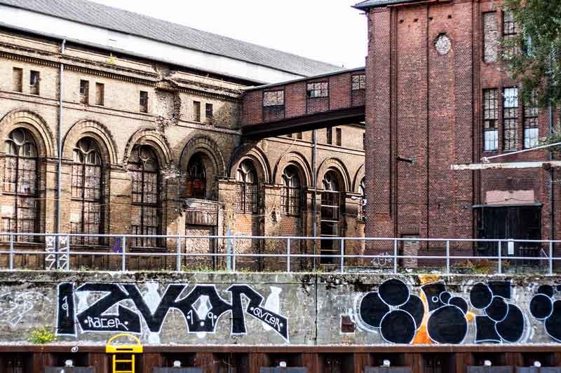 Altes, mit Grafitti verziertes Industriegebäude am Ufer der Spree in Berlin Spandau