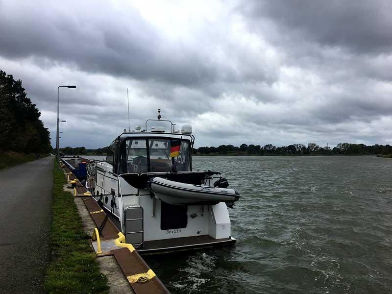 Die Motoryacht liegt an einer Sportbootliegestelle auf dem Mittellandkanal bei Edesbüttel an der Abzweigung des Elbe-Seitenkanal, das Wasser ist aufgepeitscht vom Sturm