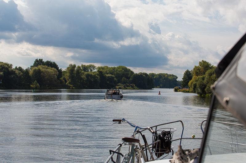 Auf der Havel kurz vor Brandenburg an der Havel, vor uns ein Sportboot und ein Frachtschiff
