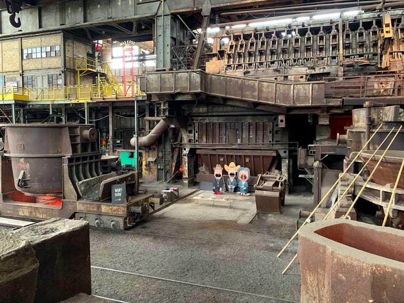 Vor dem riesigen Industriedenkmal Siemens-Martin-Hochofen im Industriemuseum Brandenburg an der Havel wird gerade eine Wurfbude aufgebaut. Den Pappfiguren kann man dann goldene Bälle in den weit aufgerissenen Mund werfen