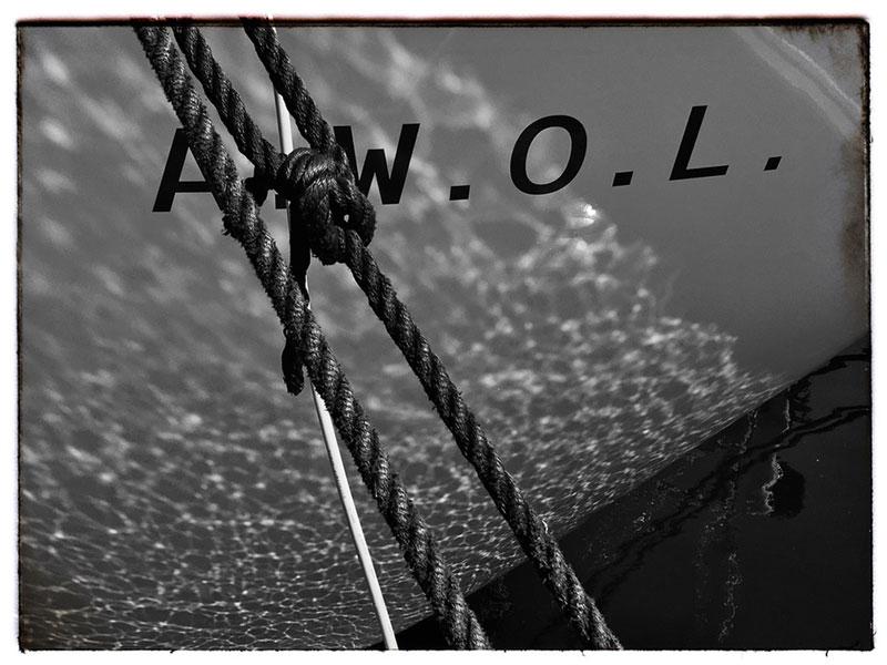 Lichtspiel auf dem Bug des Schiffes mit dem Namenszug und einer Leine mit Palstek