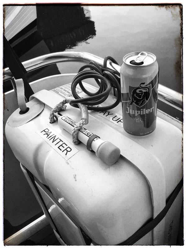Dose Jupiler auf dem rettungsfloß des Boots