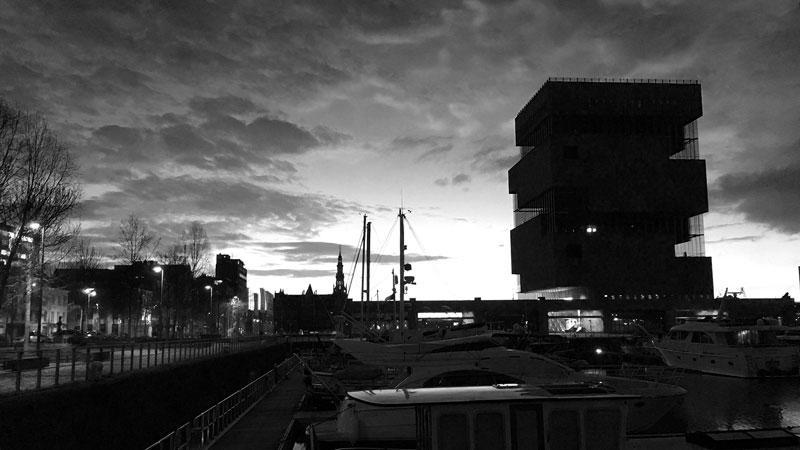 Jachthaven Willemdok Antwerpen im Sonnenuntergang, Silhouette des MAS