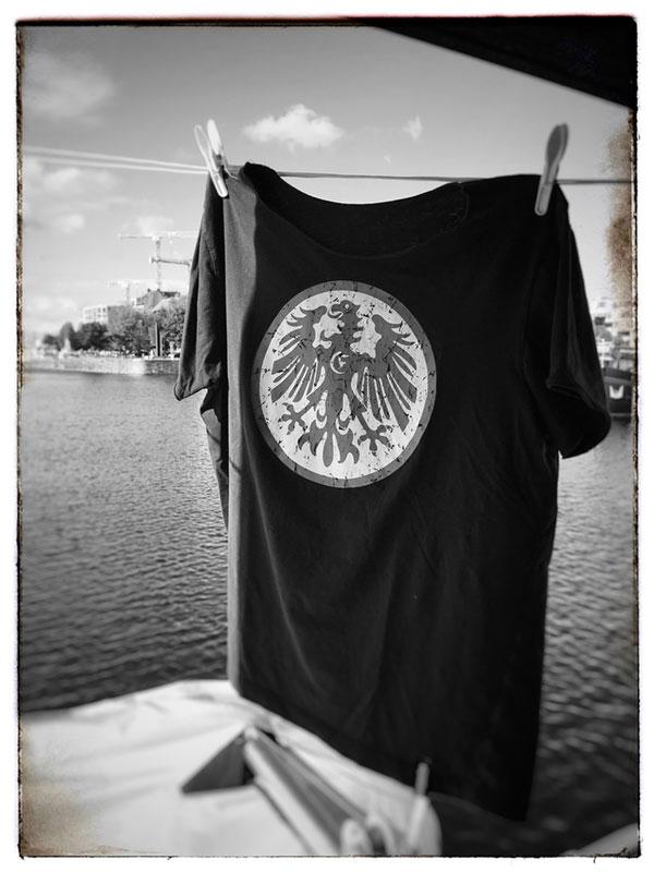 T-Shirt mit Eintracht Frankfurt-Logo hängt auf der Wäscheleine des Boots