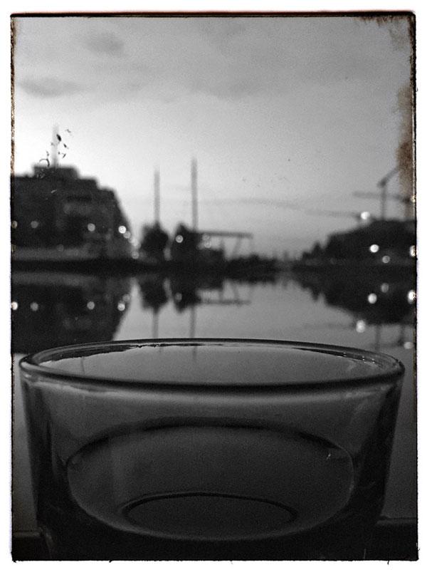 Blick über ein Glas hinweg auf den Jachthaven Willemdok Antwerpen